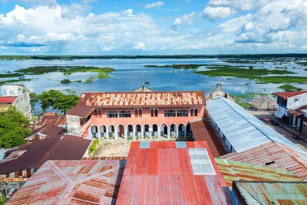 Edificios con vista al río Amazonas en Iquitos en la selva amazónica peruana